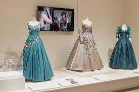 Costumi di The Crown in mostra I Lisa Tenuta style coach